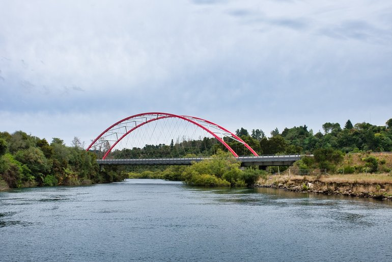 Crossing the Waikato, the Red Bridge is a bypass road of Taupo