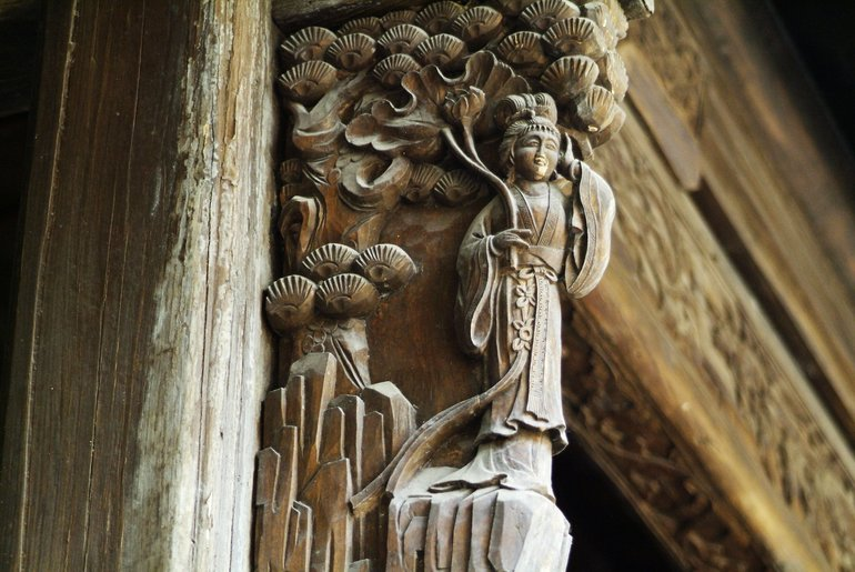 A beautiful carving on the front façade of Chongyang Temple